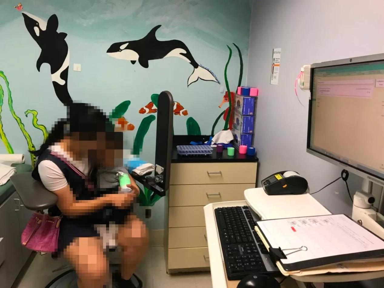 父母带着1岁脊髓性肌萎缩症患儿赴美就医